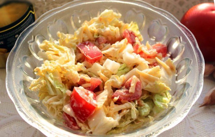 Рецепт салату з пекінської капусти і помідорів