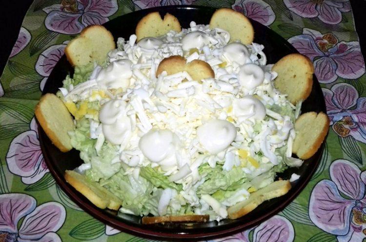 Рецепт салату з пекінської капусти і сухариків