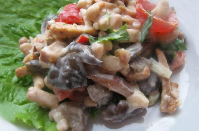 Салат з консервованими шампіньйонами і квасолею