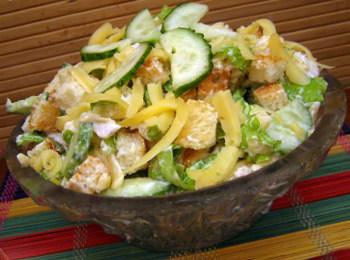 Салат з куркою і сухариками - рецепт