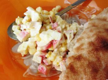 Салат з сухариками і крабовими паличками - рецепт