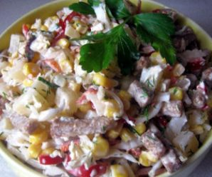Пісний салат з пекінської капусти, ананасів і сухариків