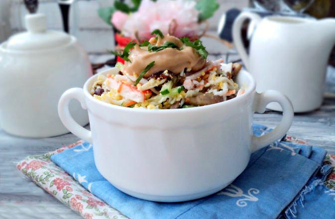 Рецепт салату з крабових паличок і грибів