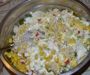 Салат з мівіни і крабових паличок